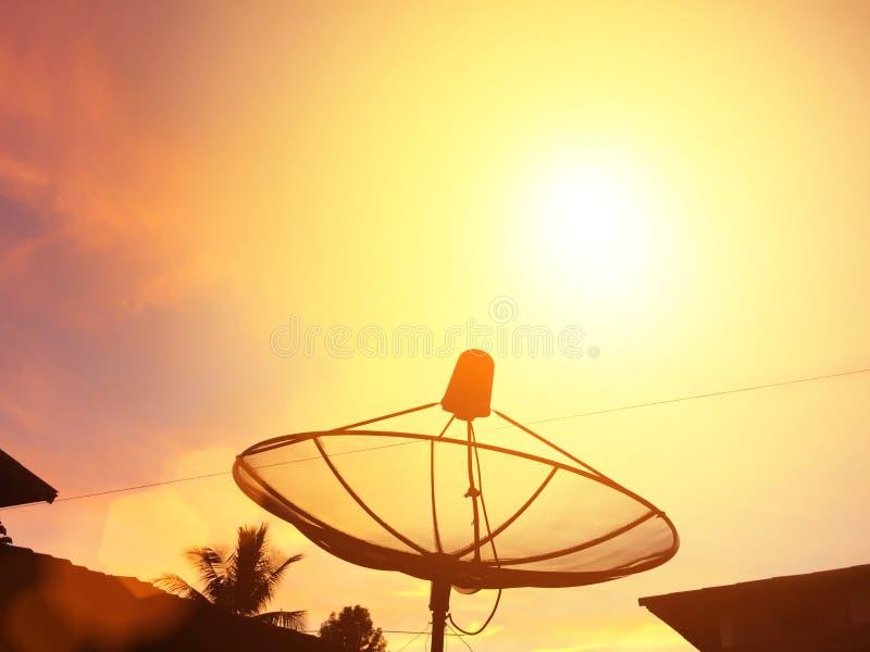 Naczynie anteny pod niebo satelitą obraz royalty free