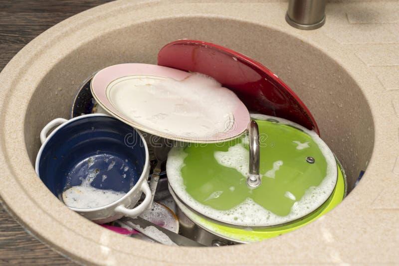 naczynie brudny zlew Nieumyci naczynia i naczynia w kuchennym zlew My? naczynia poj?cie fotografia stock
