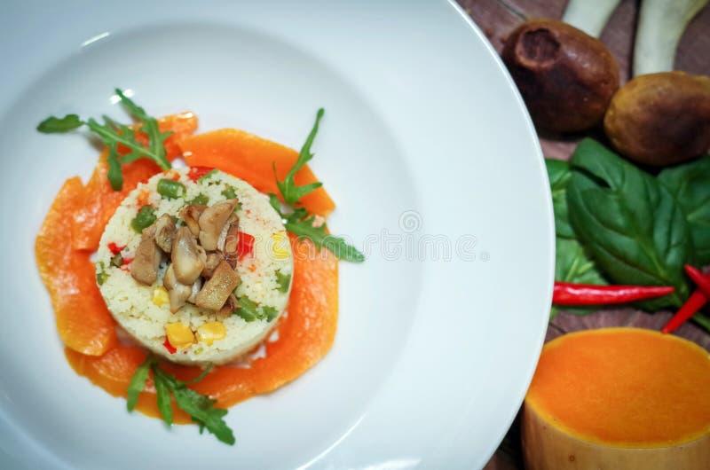Naczynie couscous, warzywa i pieczarki fotografia stock