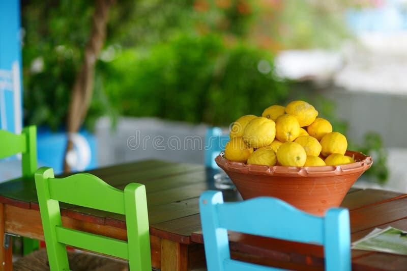 Naczynie cytryny w typowej greckiej plenerowej kawiarni obraz stock
