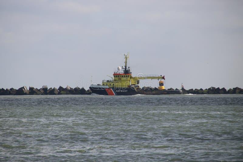 Naczynie Holenderska straż przybrzeżna na Nieuwe Waterweg speciliazed Pociesza w holandiach w utrzymywać obrazy stock