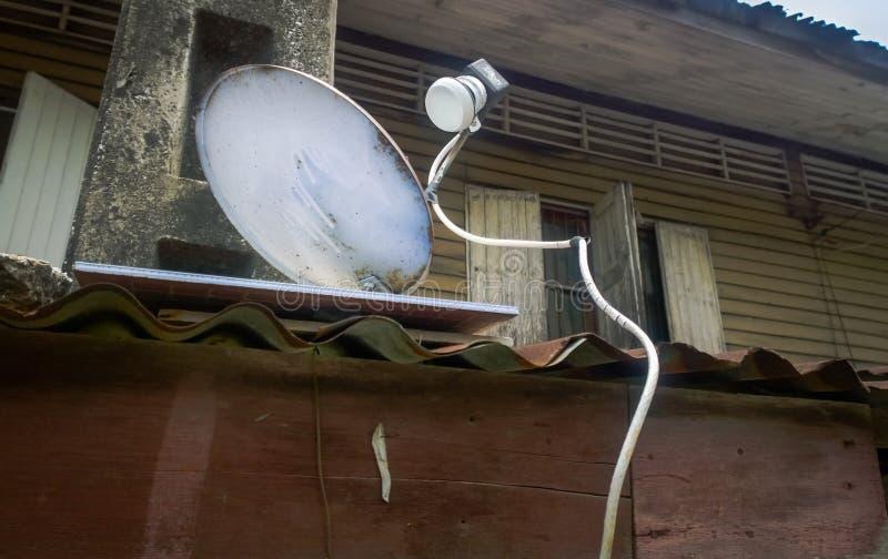 Naczynie satelitarnego odbiorcy strona stary dom obrazy stock