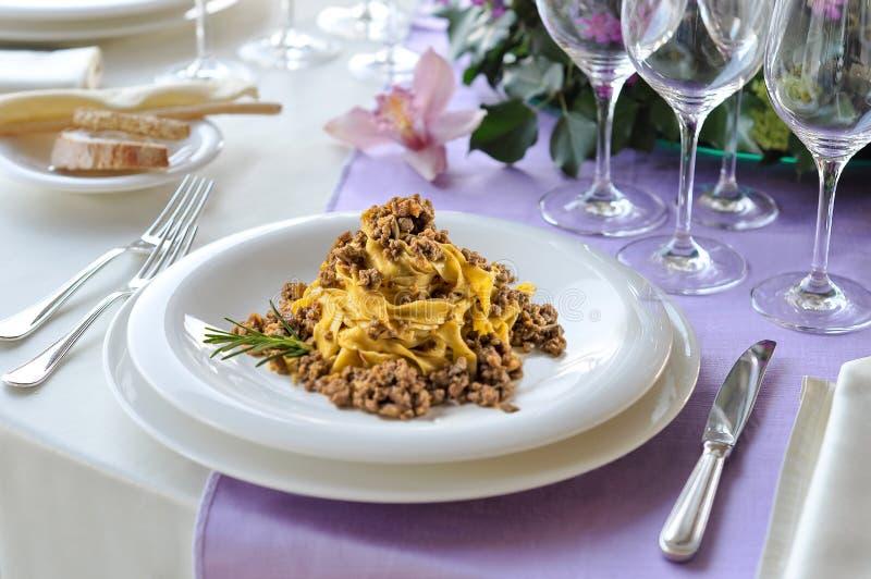 Naczynie tagliatelle bolończyk na kłaść stole obraz stock
