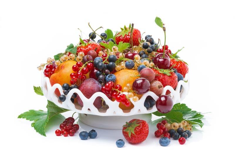 Naczynie z świeżą sezonową owoc i jagodami odizolowywającymi, fotografia stock