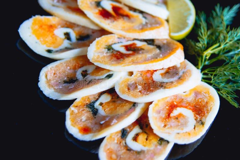 Naczynie z czerwieni rolką z czerwieni rybą lub rybą fotografia stock