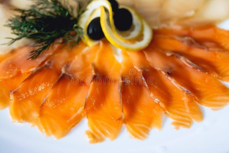 Naczynie z czerwieni rolką z czerwieni rybą lub rybą zdjęcie stock