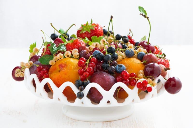 Naczynie z sezonową owoc i jagodami na bielu stole, zakończenie zdjęcie stock