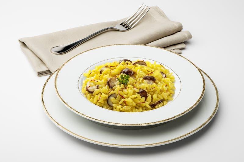 Naczynie z szafranowym risotto i pieczarkami fotografia royalty free