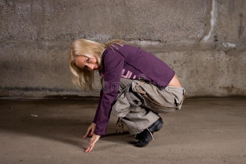 nad ścianą dziewczyny piękny ceglany dancingowy hip hop obraz royalty free