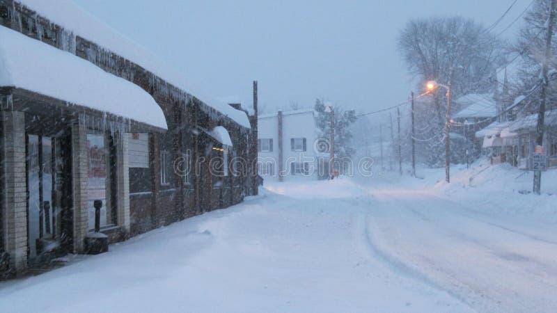 nad śniegiem 2 zakopującego cieki obraz royalty free
