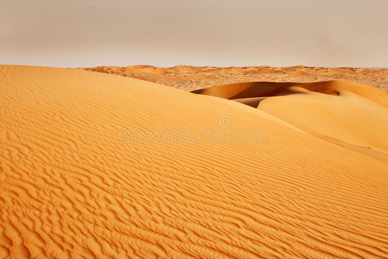 Nad Arabską pustynią burza piaskowa przybycie obrazy stock