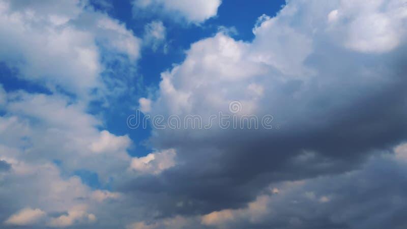 Nad chmurami Fantastyczny tło z chmurami i halnymi szczytami obrazy royalty free