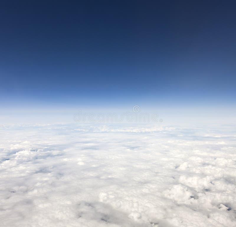 nad chmury zbliżać kosmos zdjęcia royalty free