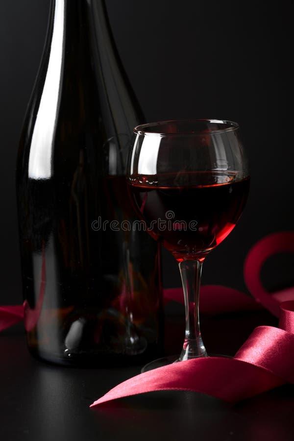 nad czerwonym tasiemkowym winem czarny szkło obraz stock