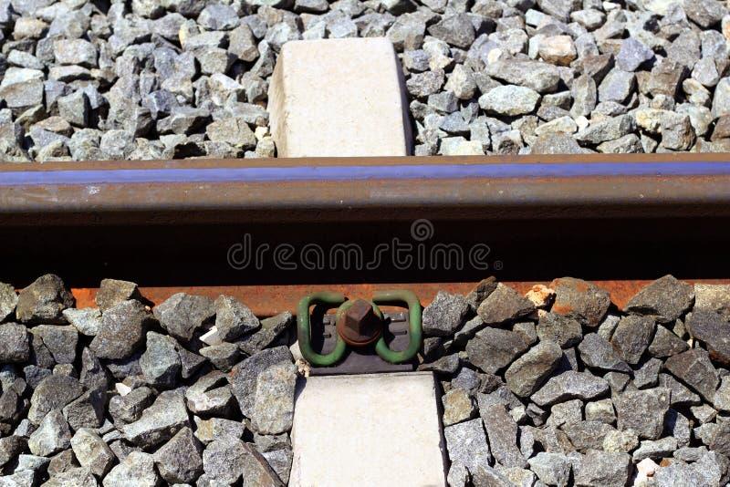 nad kolejowymi ośniedziałymi kamieniami szczegółu ciemny żelazo trenuje zdjęcie royalty free
