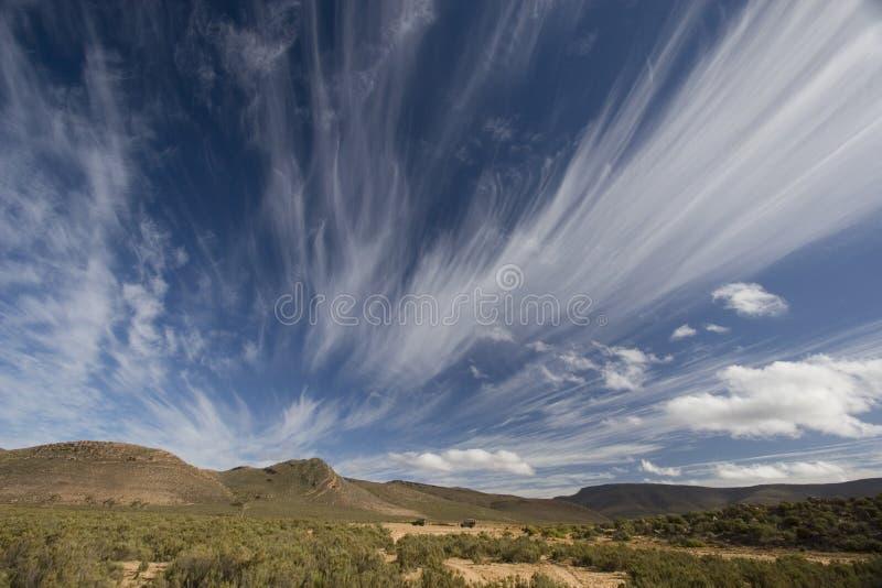 Nad krajobrazem spektakularne chmury zdjęcie royalty free