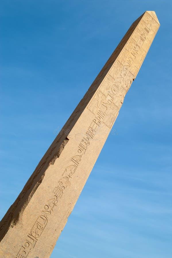 nad niebo świątynią karnak błękitny obelisk zdjęcie stock