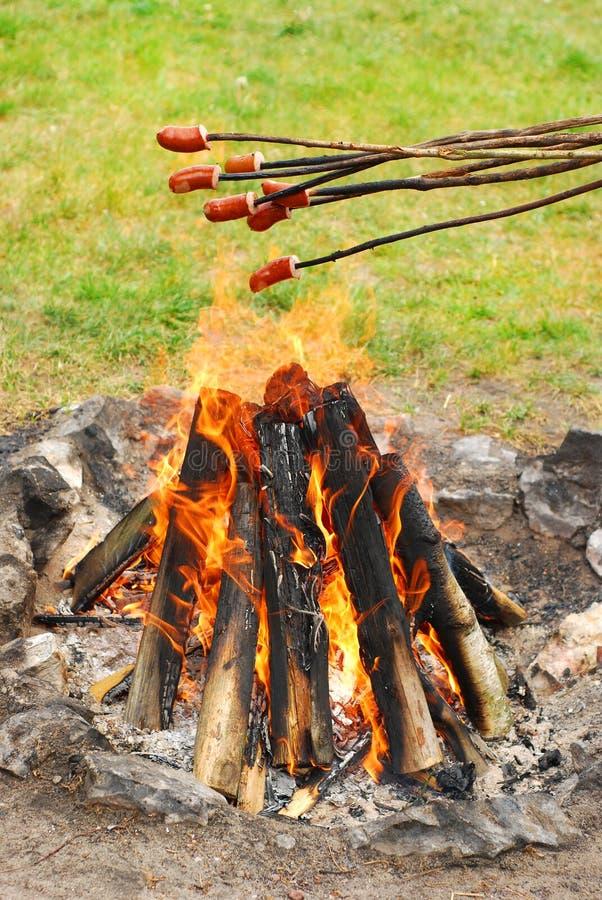 nad ogień kiełbasa piec na grillu kije zdjęcie royalty free