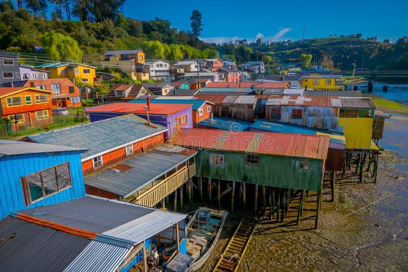 Nad piękni i kolorowi domy na stilts palafitos w Castro, Chiloe wyspa zdjęcia royalty free