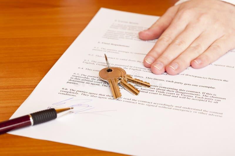 nad podpisywaniem kontraktacyjni target829_0_ klucze zdjęcie stock