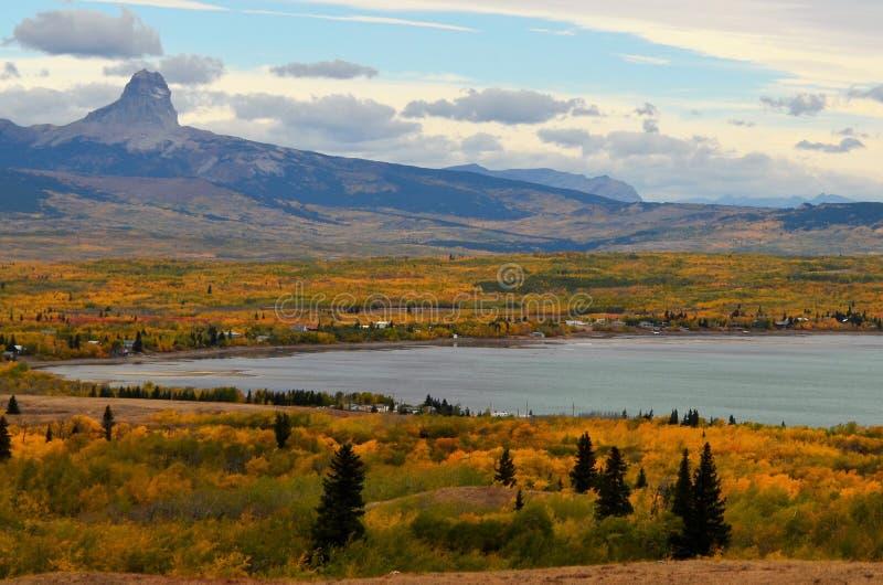 Nad przyglądającym Kaczka jeziorem z Naczelną górą w tle! obrazy royalty free