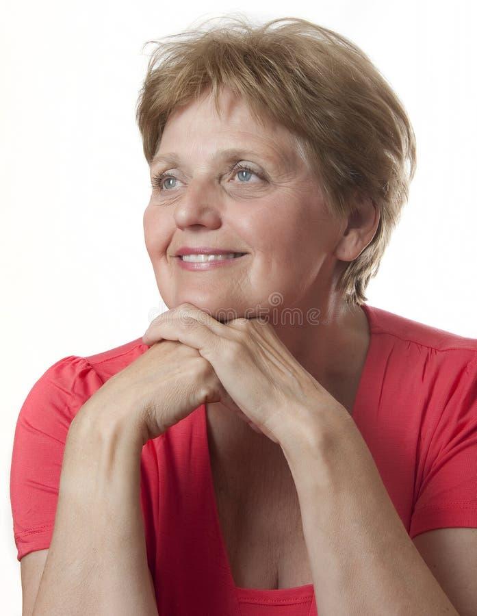 Nad sześćdziesiąt lat szczęśliwa starsza kobieta - fotografia royalty free