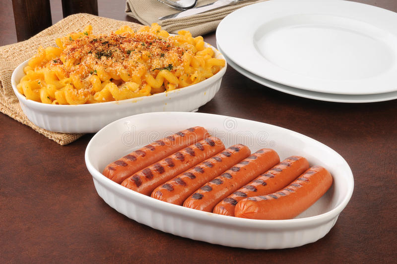 Nad van hotdogs macaroni en kaas royalty-vrije stock foto's
