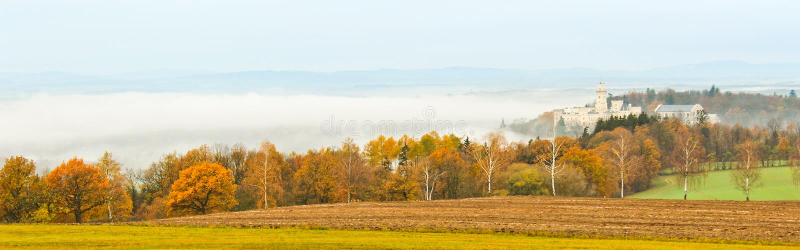 NAD Vltavou του Castle Hluboka με τα δέντρα φθινοπώρου και την ομίχλη, τσεχικό έδαφος στοκ φωτογραφίες