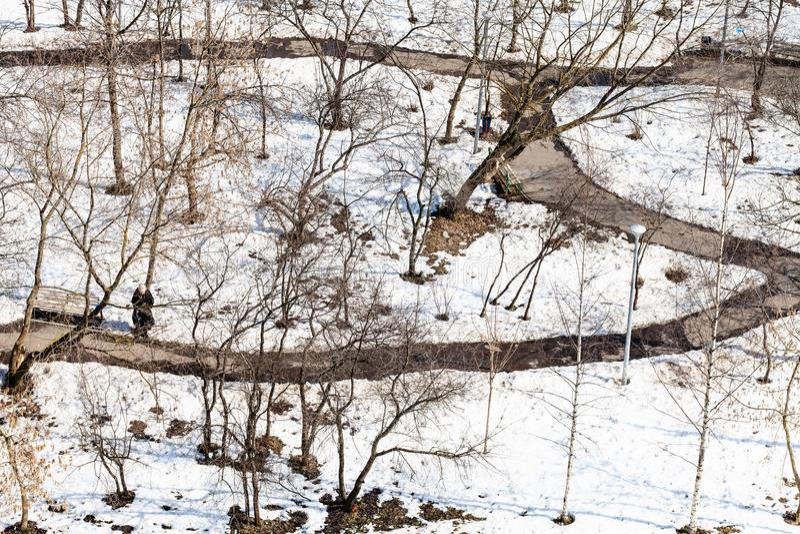 nad widok ścieżki między ostatnim roztapiającym śniegiem obraz royalty free