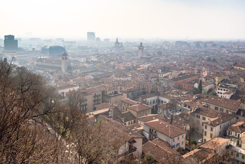 nad widok Brescia miasto z góruje w mgiełce zdjęcia stock