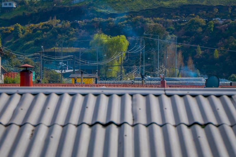 Nad widok dach kolorowi domy w horizont lokalizować w Castro, Chiloe wyspa obrazy royalty free