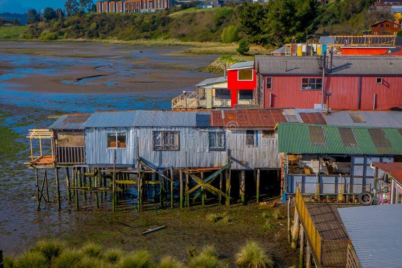 Nad widok dach kolorowi domy w horizont lokalizować w Castro, Chiloe wyspa obraz royalty free