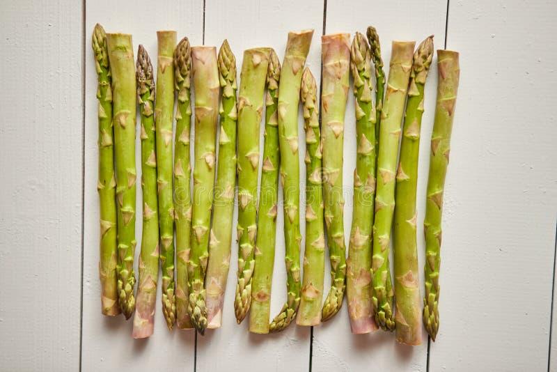 Nad widok Lay organicznie surowy uncooked zielony asparagus fotografia royalty free