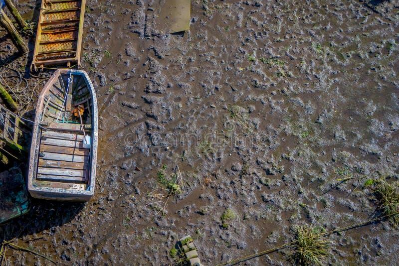 Nad widok pojedyncza łódź obok drewnianych budynków na stilts palafitos w Castro, Chiloe wyspa, Patagonia obrazy royalty free