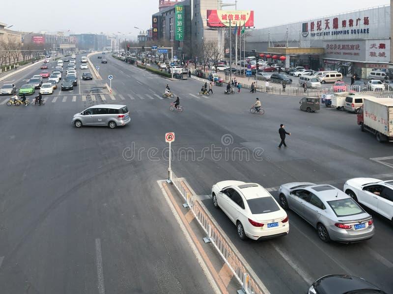 Nad widok ulica i ludzie na skrzyżowaniu zdjęcia stock