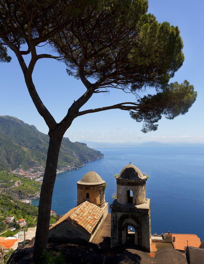 Nad widokiem Amalfi wybrzeże od Ravello, Włochy obrazy stock