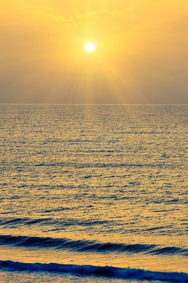 Nad wschód słońca atlantycki ocean