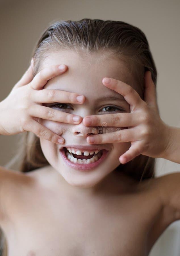 Nada destaca a beleza melhor do que um sorriso lindo imagem de stock