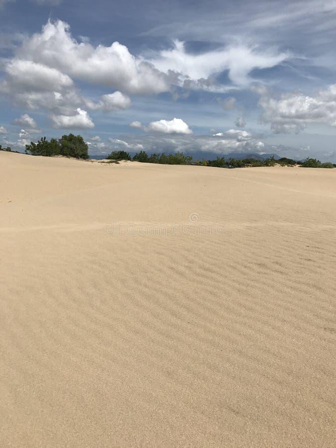 Nada pero la arena y el cielo fotos de archivo libres de regalías