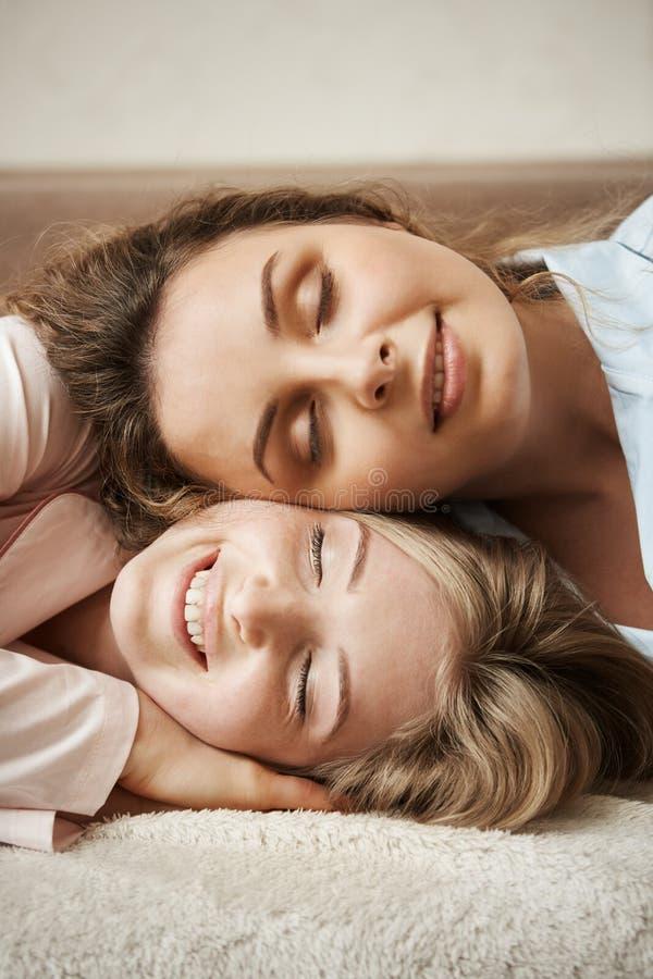 Nada podia separar ou quebrar esta amizade Tiro vertical da mãe bonito que encontra-se na cabeça da filha, sorrindo amplamente imagens de stock