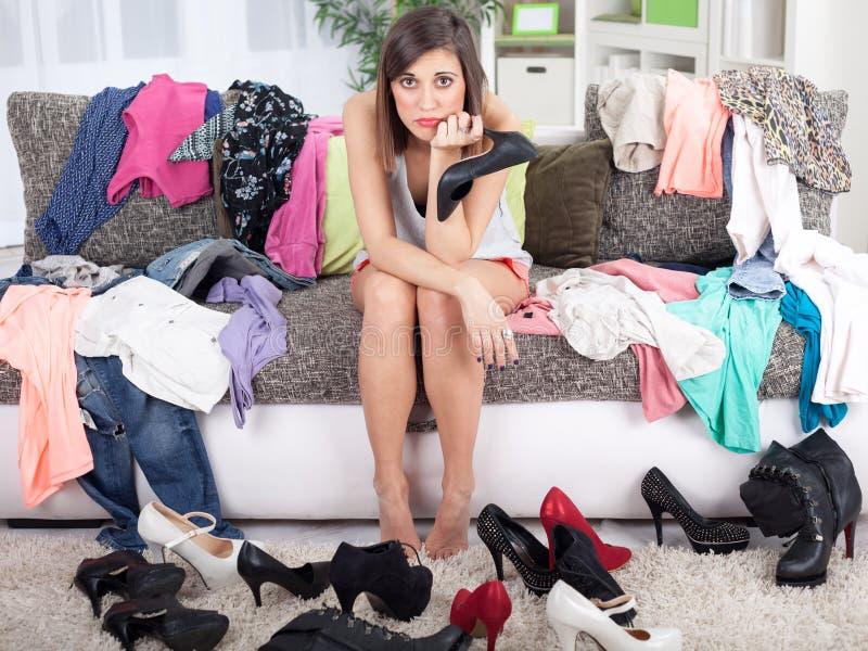 Nada vestir o conceito, jovem mulher que decide que pôr sobre imagem de stock royalty free
