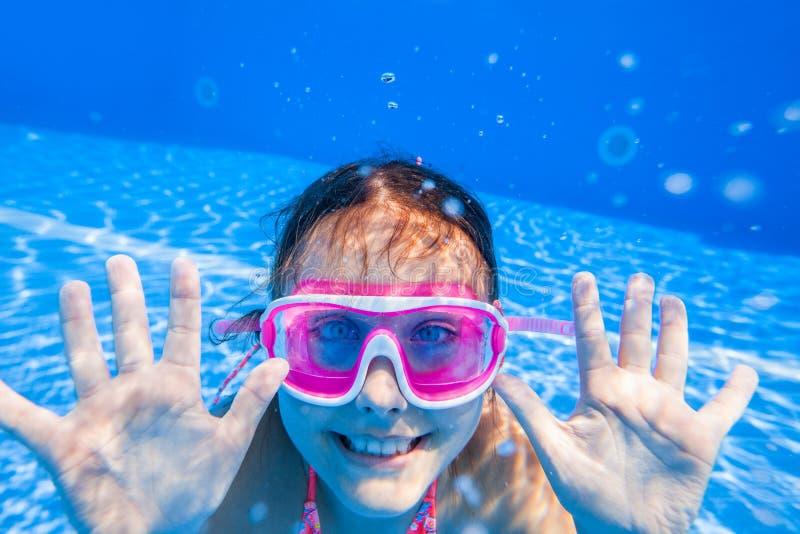 Nadada da menina na associação fotografia de stock royalty free