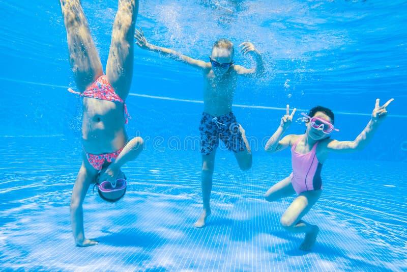 Nadada das crianças na associação imagens de stock
