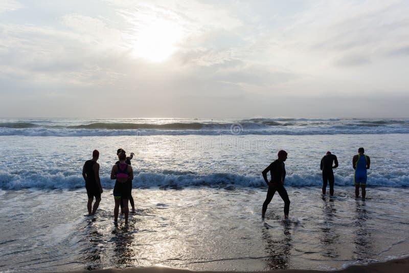 Nadada de la playa de los atletas del Triathlon fotografía de archivo libre de regalías