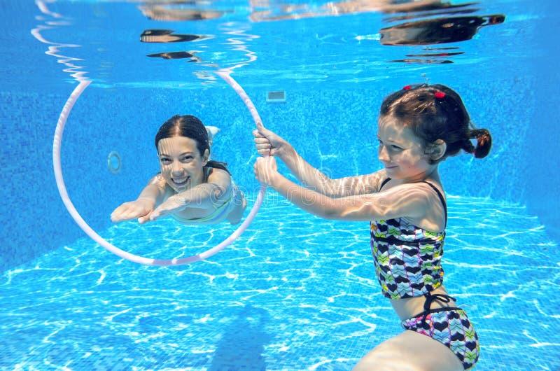 Nadada de los niños en la piscina subacuática imágenes de archivo libres de regalías