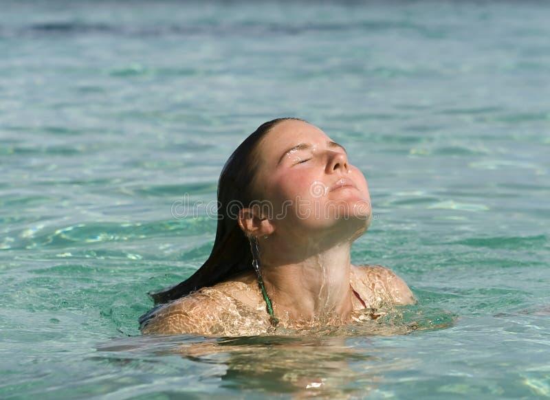 Nadada de refrescamento nos tropics imagens de stock royalty free