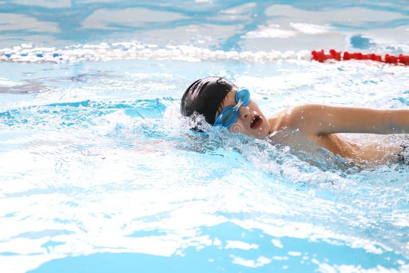 Nadada del muchacho en piscina foto de archivo libre de regalías