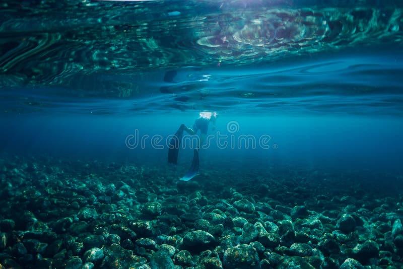 Nadada livre do mergulhador no oceano, foto subaquática com luz solar imagens de stock