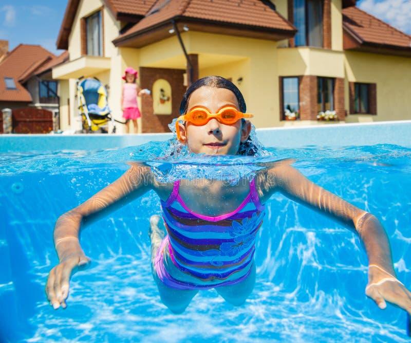 Nadadas divertidas de la muchacha. fotos de archivo