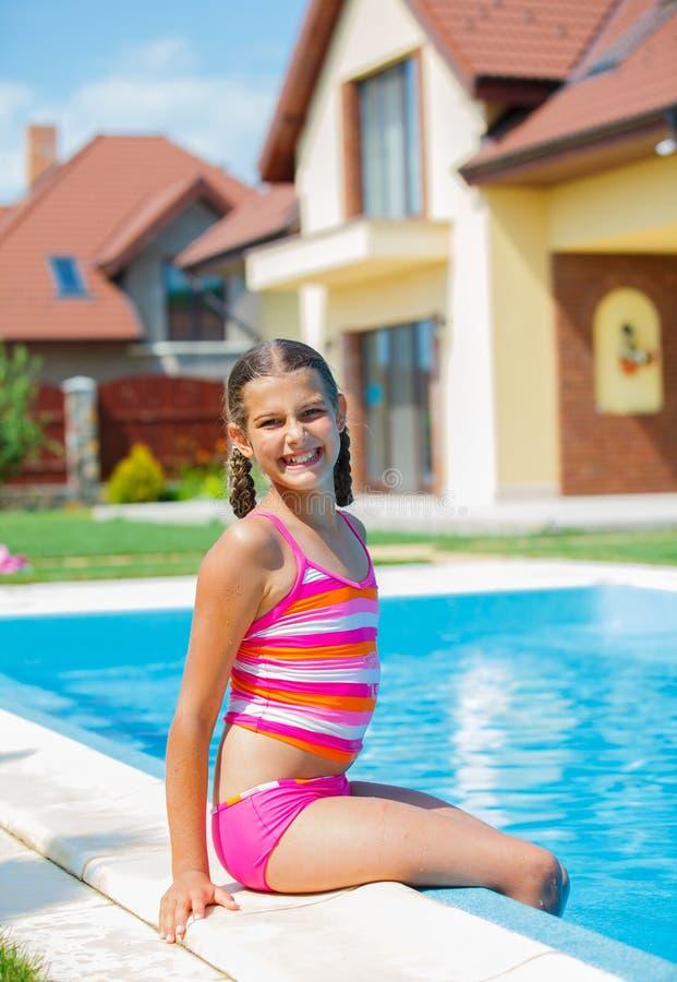 Nadadas divertidas de la muchacha. fotografía de archivo libre de regalías